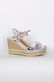Błyszczące sandały koturny
